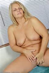 Kelly de 50 ano de idade com tesão dedos sua buceta careca de tudo acima de 30