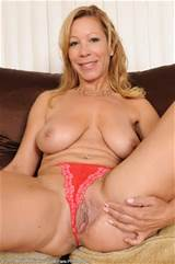 45 anos velha Rachel puxa sua buceta madura aberta de tudo acima de 30