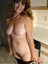 ruiva Dina expõe seu bichano milf natural de ATK Natural e peludo